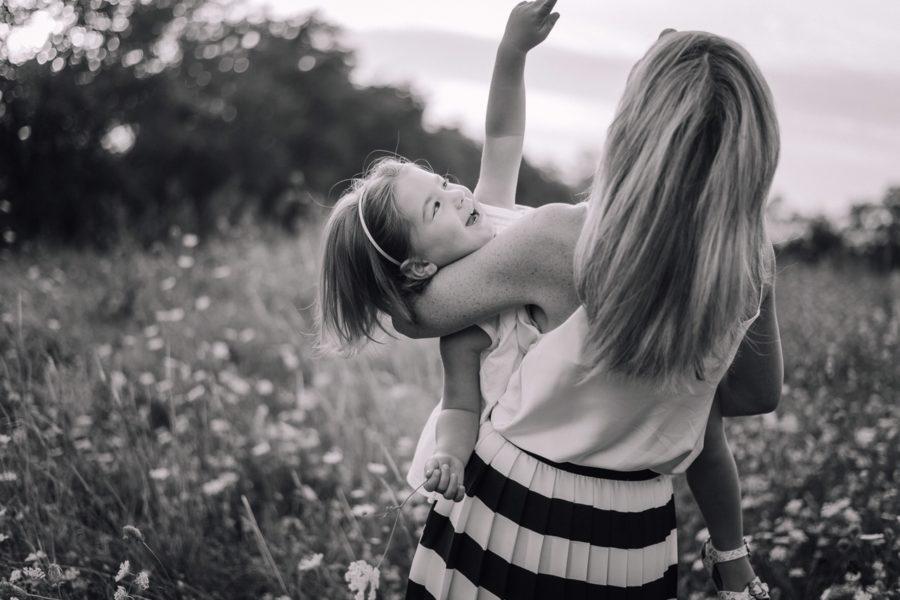 Mamma e figlia tra i fiori bianchi