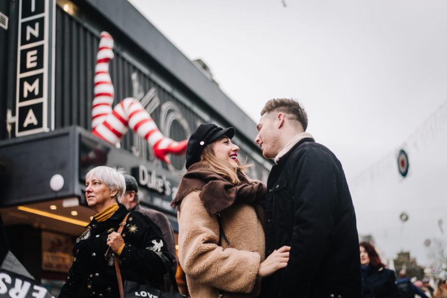 Coppia di innamorati che ride a Brighton davanti al Komedia
