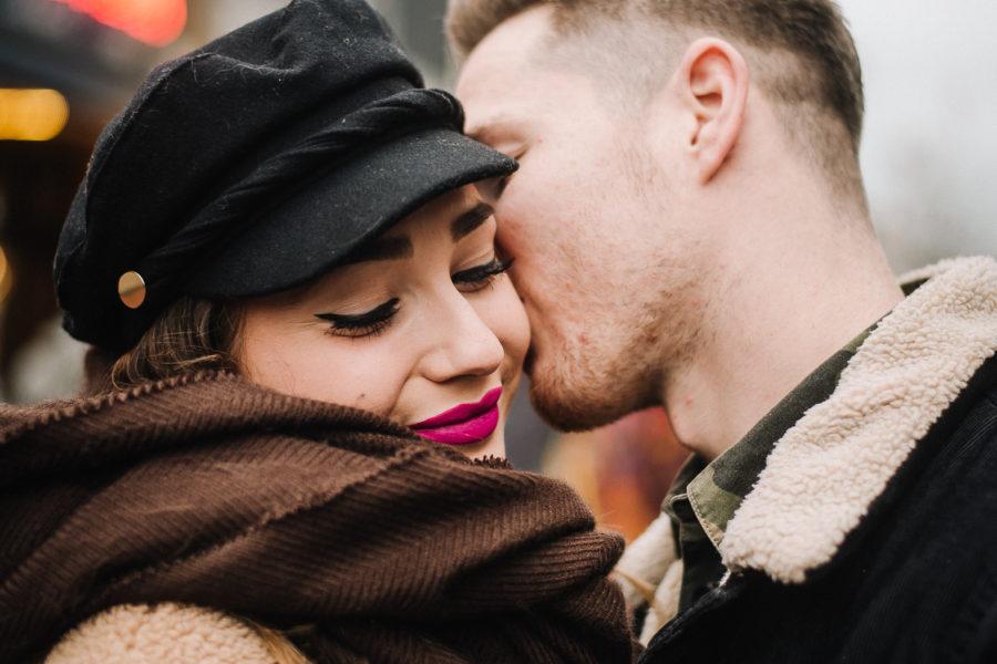 Coppia di innamorati che si bacia a Brighton davanti al Komedia