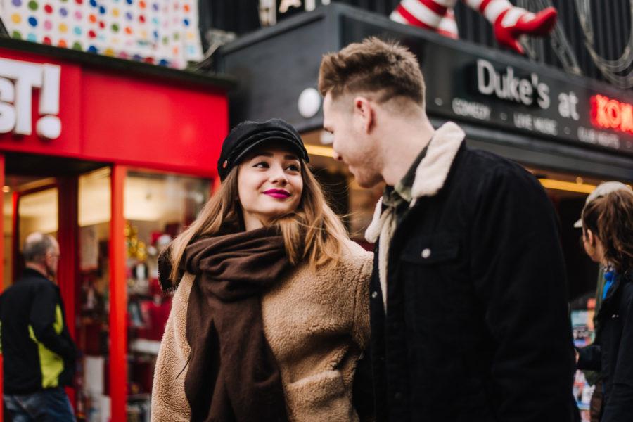 Coppia di innamorati che si guarda a Brighton davanti al Komedia