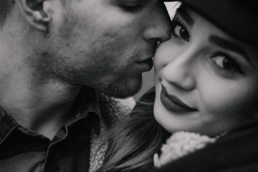 Ragazzo che bacia la sua ragazza a Brighton nelle lanes in bianco e nero