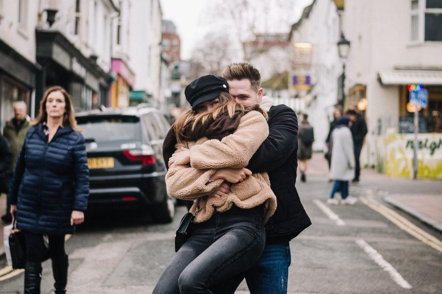 Coppia che si abbraccia Brighton nelle lanes in mezzo alla gente