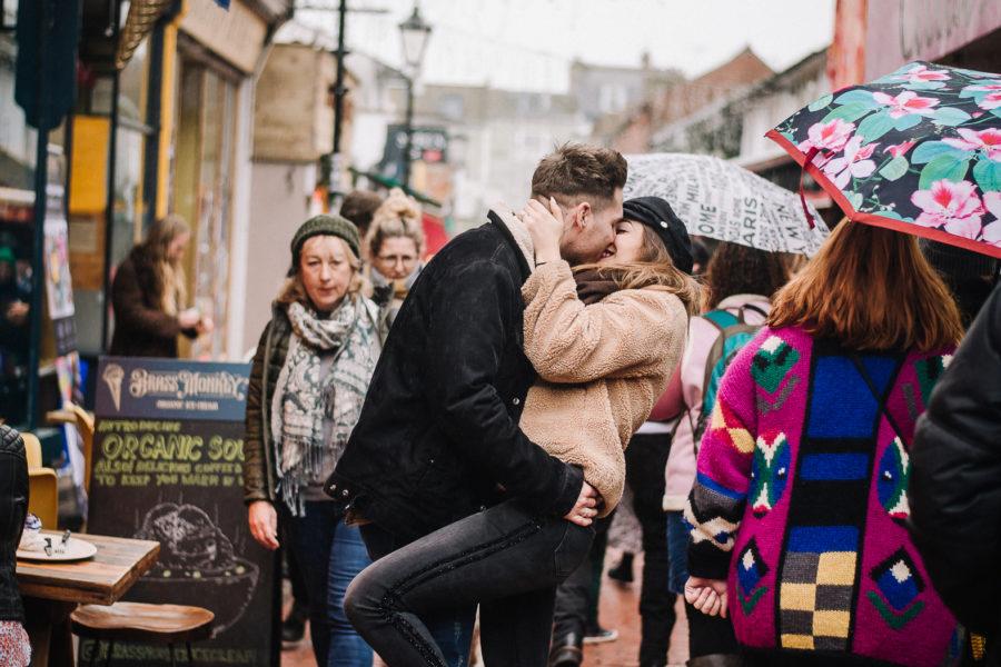 Coppia che si bacia a Brighton nelle lanes in mezzo alla gente