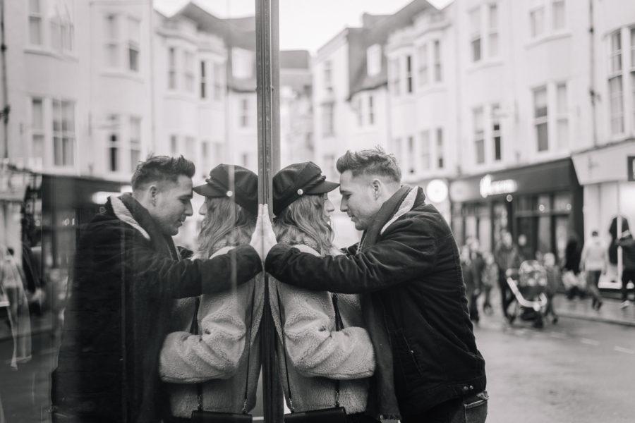 Coppia di innamorati che si guarda davanti ad una vetrina a Brighton nelle lanes.