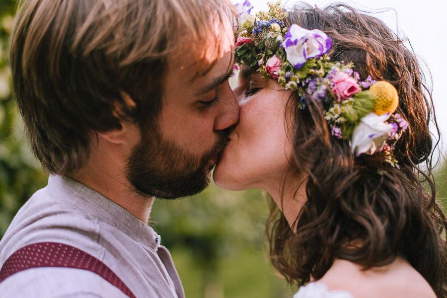Fotografo matrimonio Padova, sposi che si baciano, sposa con fiori tra i capelli