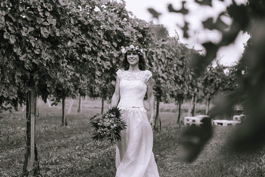 fotografo matrimonio Padova, sposa con vestito bianco e fiori tra i capelli