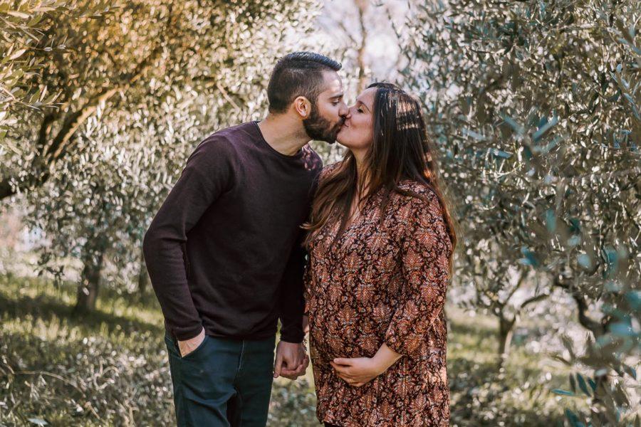 Servizio fotografico di gravidanza Padova, foto maternità al tramonto, coppia che si bacia