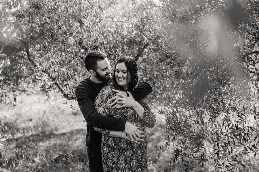 coppia al tramonto in mezzo agli ulivi primavera. Fotografo gravidanza, maternità, bambini, Padova, Venezia, Vicenza Stefania Montin
