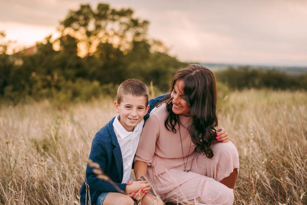 fotografo stefania montin famiglia mamma figlio abbraccio tramonto