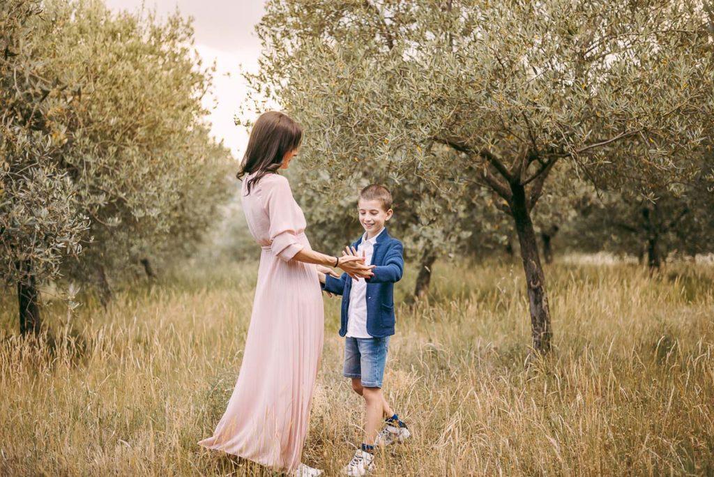 fotografo stefania montin famiglia mamma figlio ballo tramonto