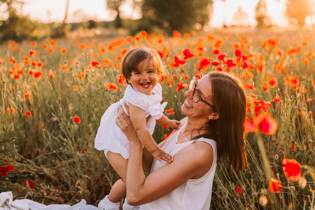 fotografia mamma con bambina tra i papaveri che ridono