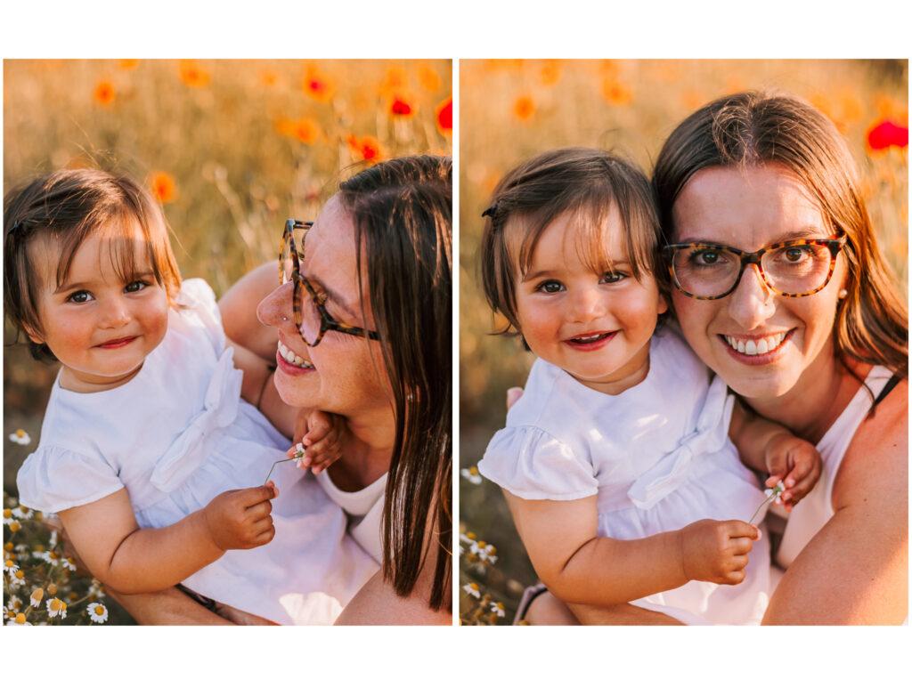 mamma e figlia nei campi di papaveri che si guardano e sorridono amore incondizionato