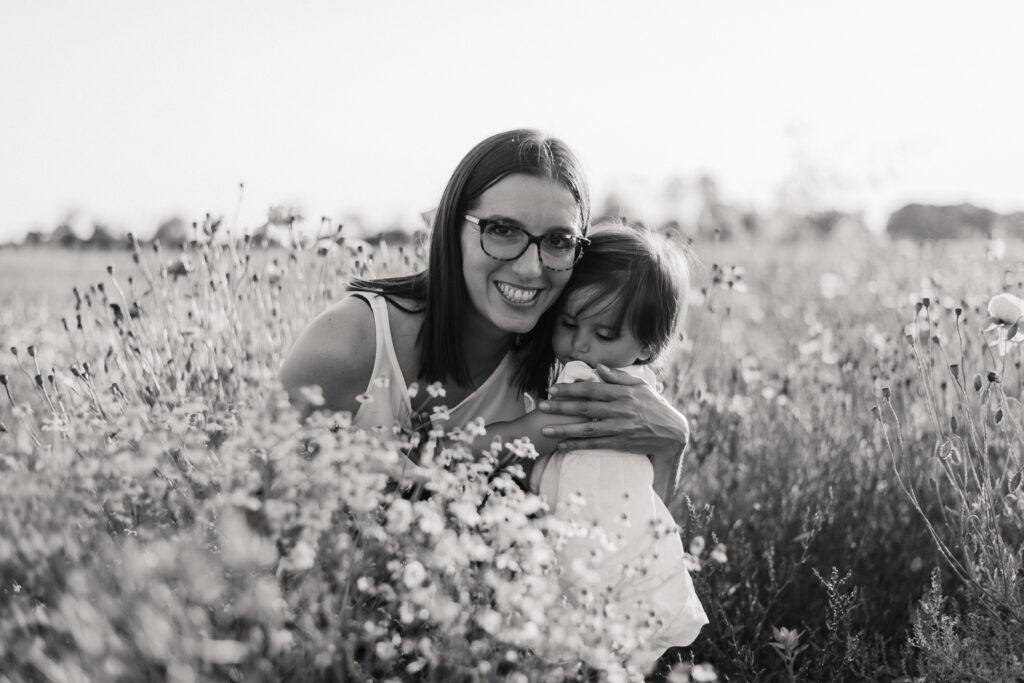 mamma abbraccia la figlia