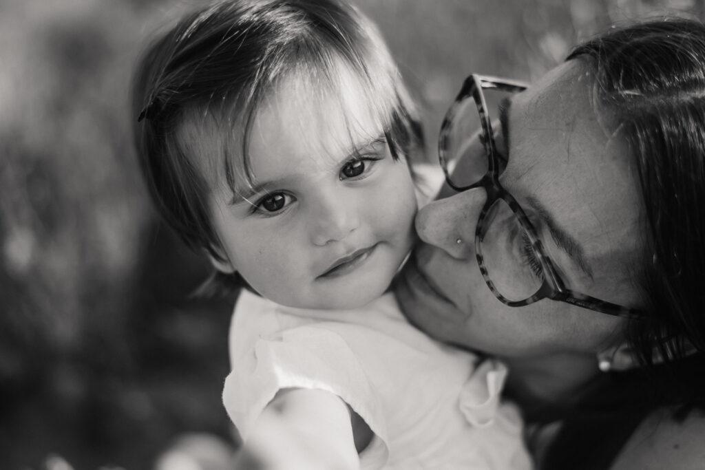 mamma con in braccio la figlia che si guardano