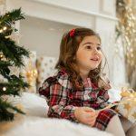 Natale, bambina con regalo
